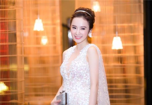 Vẻ ngoài nhẹ nhàng nhưng đầy thu hút của Angela Phương Trinh.
