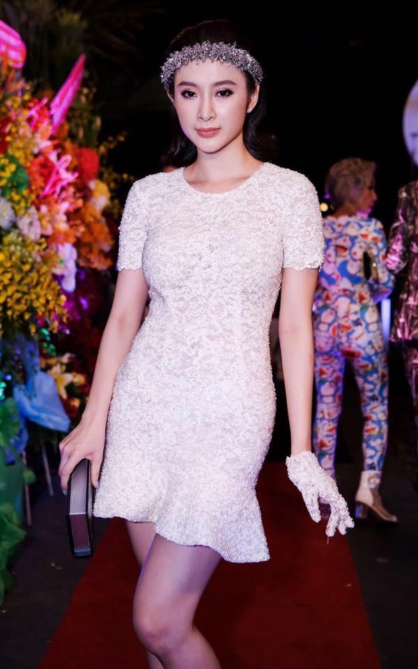 Diện bộ váy có cấu trúc đơn giản, Angela Phương Trinh vẫn nổi bật và thu hút nhờ chất liệu ren lưới mỏng tang. Những phụ kiện đi kèm giúp tổng thể trở nên thu hút, bắt mắt với vẻ đẹp tựa thiên thần.