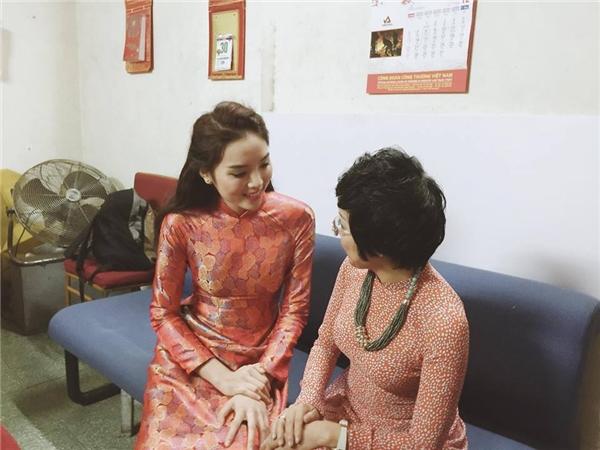 Hoa hậu Kỳ Duyên ôm MC Thảo Vân đầy thân thiết, xóa tan hiểu lầm - Tin sao Viet - Tin tuc sao Viet - Scandal sao Viet - Tin tuc cua Sao - Tin cua Sao