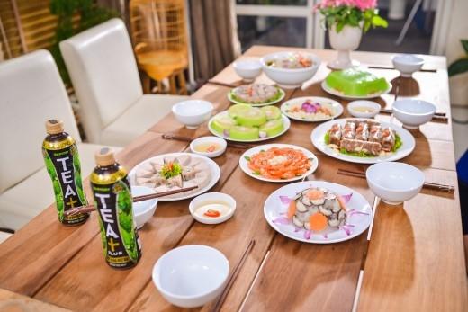 Mâm cỗ tết đầy đủ các món ăn nhưng vẫn nhẹ nhàng nhờ nguyên liệu tự nhiên,hương vị thanh tao, cách bài trí đẹp mắt.