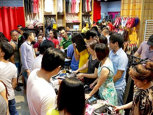 Mua 1 tặng 1 - sự náo nhiệt tại cửa hiệu Hoang Phuc International