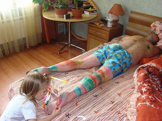 """Ta có thể rút ra """"bài học"""" sau bức ảnh này: Bố đừng ngủ khi con gái còn thức! (Ảnh: Boredpanda)"""