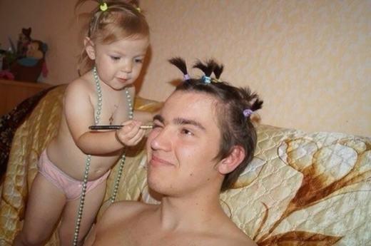 """""""Xong phần làm tóc rồi, giờ là kẻ mi bốnhé!"""".(Ảnh: Boredpanda)"""