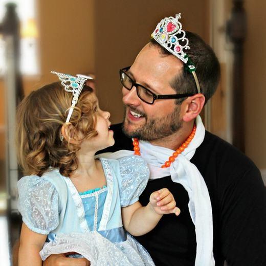 """""""Bố con chúng ta đều có vương miện, vậy là khỏi bị trao nhầm nhé!"""".(Ảnh: Boredpanda)"""