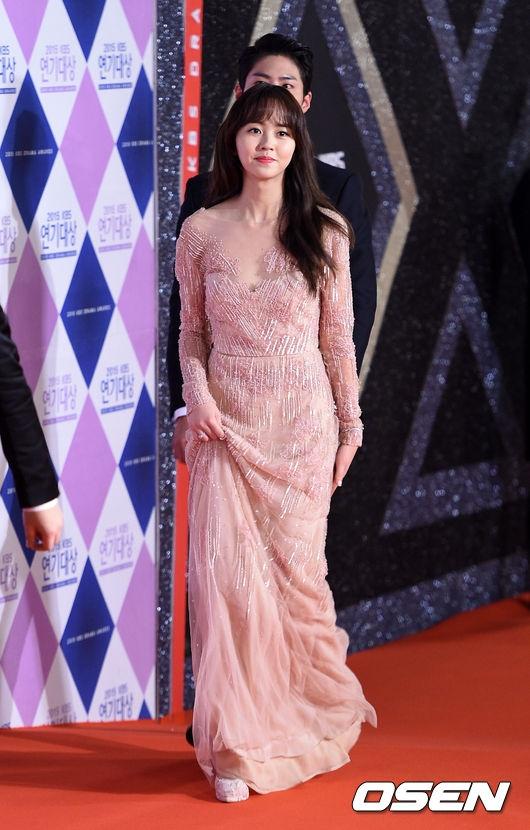 Trong trang phục đầm dài đơn giản, Kim So Hyun toát lên vẻ đẹp dịu dàng, ra dáng thiếu nữ tuổi 16