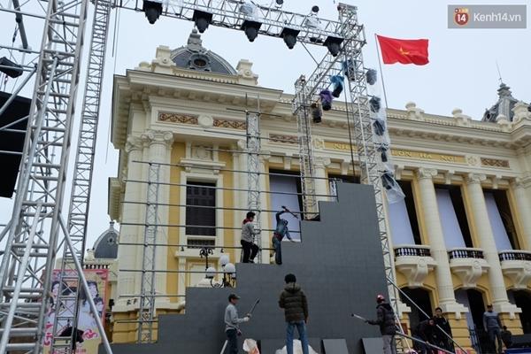 Sân khấu chính được trang trí với sắc màu trẻ trung, hệ thống đèn và âm thanh cực kỳ hiện đại song song với trình diễn ánh sáng sẽ đem đến trải nghiệm âm nhạc đáng nhớ - (Ảnh: Định Nguyễn).