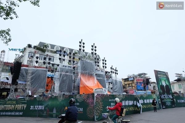 Tại khu vực Đài phun nước - Quảng trường Đông Kinh Nghĩa Thục, người dân Thủ đô sẽ cùng nhau hô vang những giây phút cuối cùng chuyển giao từ năm cũ 2015 sang năm mới 2016 - (Ảnh: Định Nguyễn).