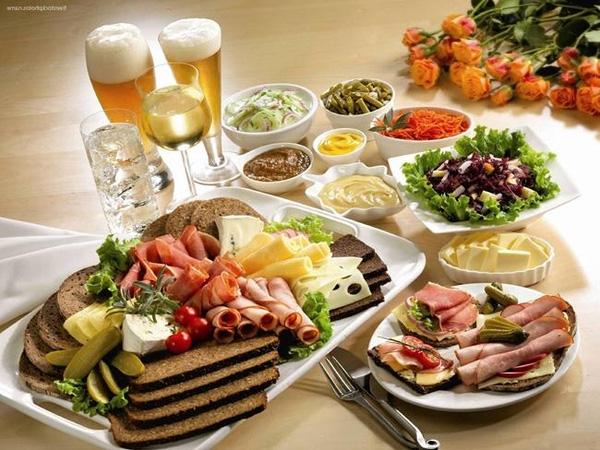Đảm bảo sức khỏe gia đình khi đi ăn trong dịp nghỉ lễ bạn nên lựa chọn món ăn phù hợp (ảnh minh họa)