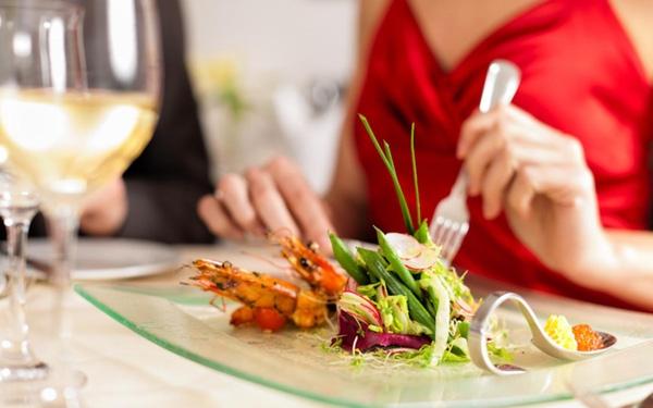 Tránh ăn các món tái sống, đề phòng có thể bị ngộ độc (ảnh minh họa)