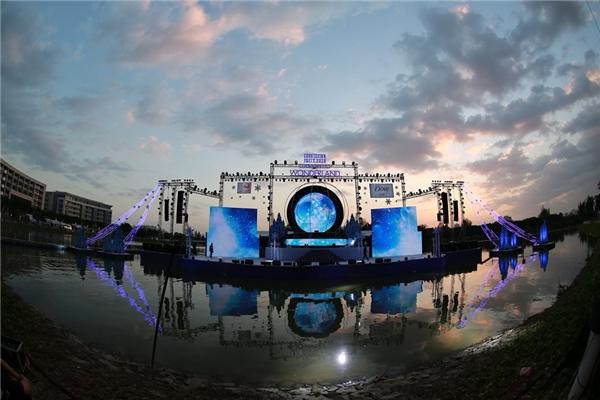 Sân khấu hoành tráng được dàn dựng rất mực công phu,thu hút mọi ánh nhìn bởi tông xanh kì ảo. - Tin sao Viet - Tin tuc sao Viet - Scandal sao Viet - Tin tuc cua Sao - Tin cua Sao
