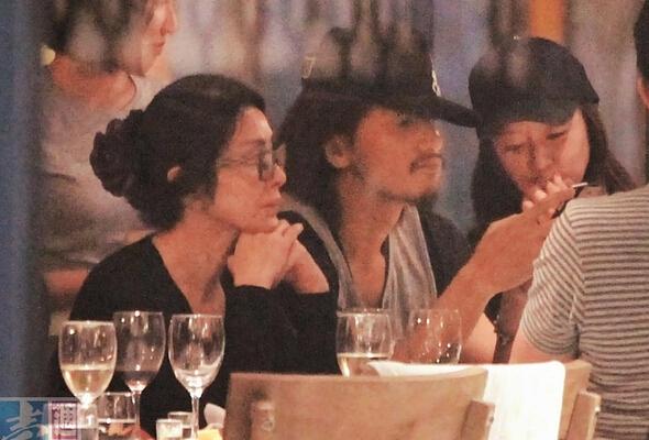 Cả hai cùng tham dự một bữa tiệc cùng bạn bè