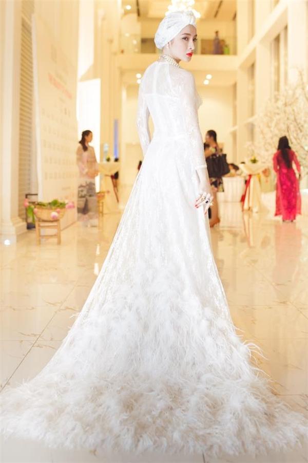 """Những bộ váy """"gây bão"""" dư luận năm 2015 của sao Việt"""
