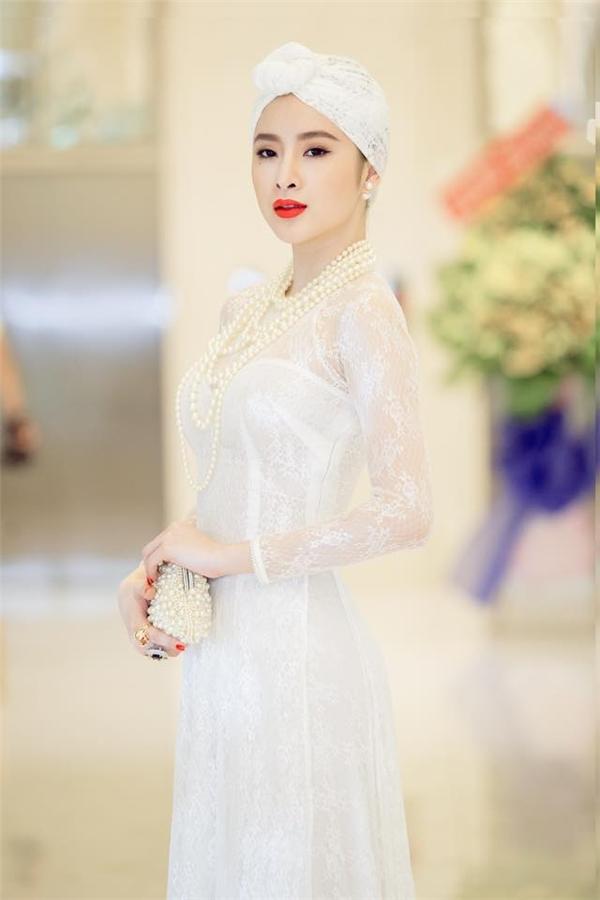 Trước đó, bộ áo dài trắng của Angela Phương Trinh cũng nhận nhiều ý kiến trái chiều khi người khen đẹp, kẻ lại chê bai làm mất đi vẻ truyền thống vốn có.