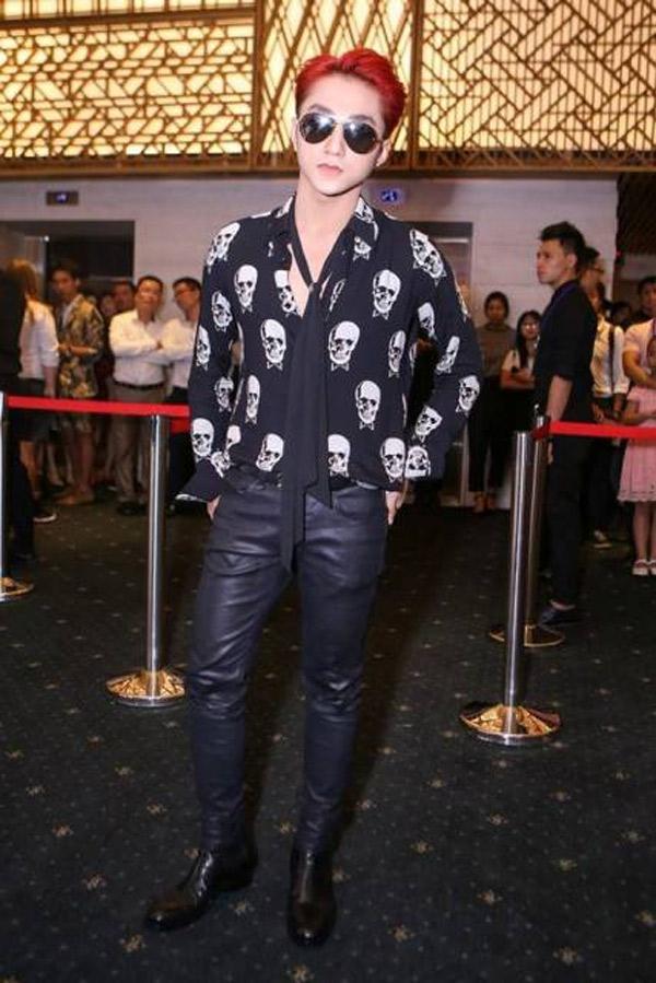 Sau hàng loạt sự cố về trang phục khi liên tục bị so sánh với G-Dragon, Sơn Tùng đã quyết định thay đổi stylist và phong cách ăn mặc. Tuy nhiên, ngay lần đầu tiên thay đổi, nam ca sĩ lại gây bão khi đụng hàng với Teayang,nhưng không thể phủ nhận Sơn Tùng luôn là biểu tượng thời trang ấn tượng.