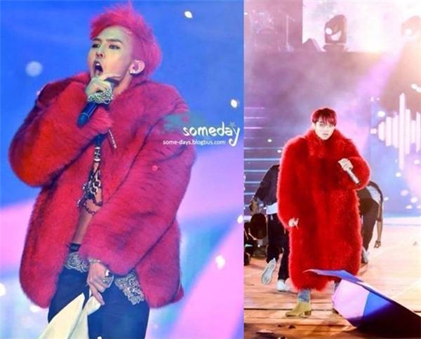Mới đây, khi diện chiếc áo khoác lông màu đỏ trên sân khấu liveshow, Sơn Tùng lại bị so sánh với thần tượng xứ sở kim chi. Thậm chí, hình ảnh của nam ca sĩ đã nhanh chóng bị chế thành nhiều phiên bản khác nhau.