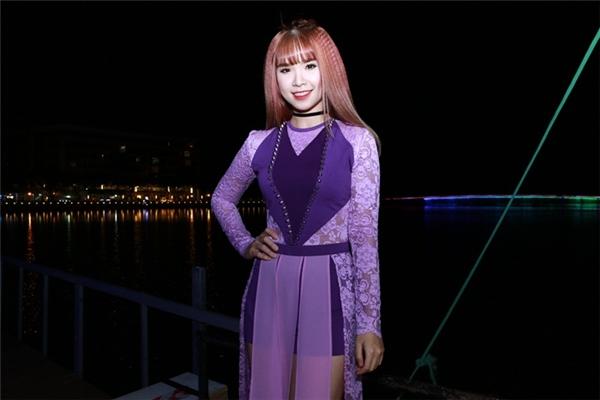 Nữ ca sĩ diện bộ trang phục màu tím với phần khoác cách điệu khiến cô có vẻ chững chạc hơn. - Tin sao Viet - Tin tuc sao Viet - Scandal sao Viet - Tin tuc cua Sao - Tin cua Sao