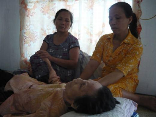 """Cụ bà Lê Thị Chênh ở xã Quảng Vọng, Quảng Xương, Thanh Hóa cũng từng chết đi sống lại nhưng không phải một mà tới balần. Lần đầu vào 2006, cụ ốm nặng, không ăn uống được gì và 3 ngày sau thì tim ngừng đập. Khi đó, con cháu đang lo hậu sự thì cụ bỗng dưng ngồi dậy khiến mọi người giật mình. Lần thứ hai là khi cụ Chênh 97 tuổi, cũng bị bệnh nặng và gia đình phát hiện cụ ngừng thở lúc nào không hay. Lễ tang diễn ra nhưng khi chuẩn bị nhập quan thì không thấy cụ đâu, mọi người đổ xô đi tìm và sau đó mới biết cụ đang... nằm dưới gầm giường. Lần cuối cùng là vào tháng 7/2012 (99 tuổi), cụ mất """"tạm thời"""" và """"hồi sinh"""" thêm một lần nữa. (Ảnh: Internet)"""