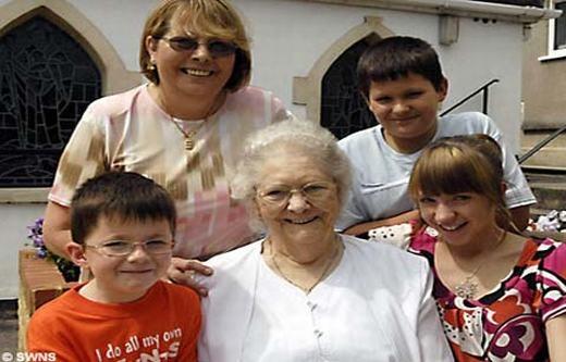 """Có lẽ cụEdith Manning (87 tuổi) sống ở vùng Somerset, Anh là trường hợp chết đi sống lại hi hữu nhất. Theo gia đình kể lại, cụ đã """"đi đi về về"""" giữa cõi âm và cõi dương tới 12 lần. Được biết, lần đầu tiên cụ """"hồi sinh"""" là vào năm 2004. Khi đó, cụ lên cơn đau tim và được các bác sĩ kết luận là đã chết. (Ảnh: Internet)"""