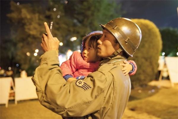 Bức ảnh anh Đăng bế cháu bé thất lạc được Nghệ sĩ nhiếp ảnh Võ Việt ghi lại.
