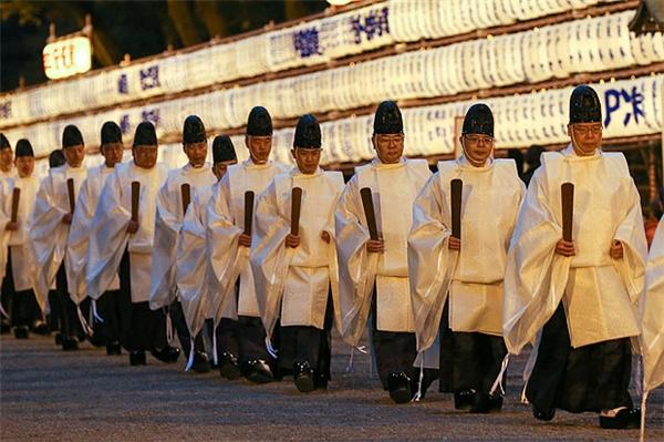 Các tu sĩ lên đền để chuẩn bị làm nghi lễ mừng năm mới.(Ảnh: Internet)