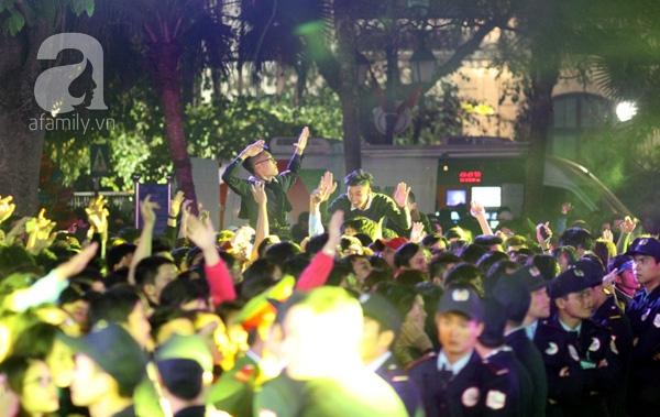 Nhiều thanh niên vui và cùng nhảy những điệu chào đón năm mới.