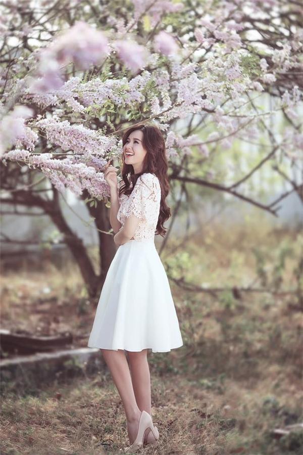 Người đẹp nở nụ cười rạng rỡ bên những cánh hoa anh đào. - Tin sao Viet - Tin tuc sao Viet - Scandal sao Viet - Tin tuc cua Sao - Tin cua Sao