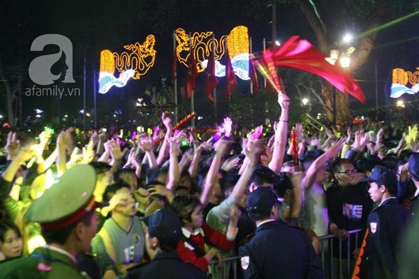 Hàng trăm người phấn khích nhảy múa tạimột số điểm diễn ra nhạc hộicountdown.