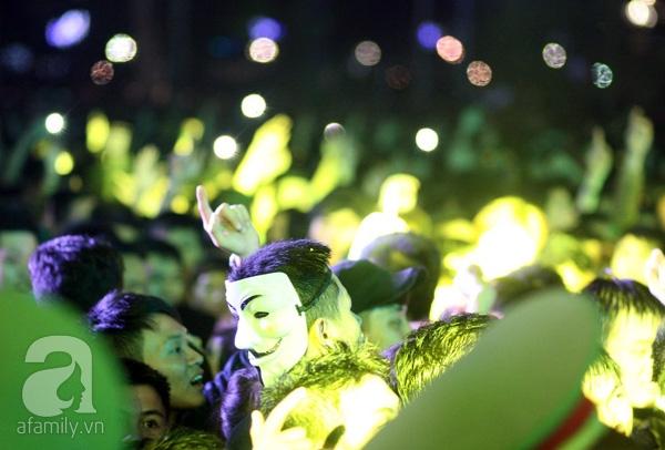 Nhiều thanh niên sử dụng mặt nạ với phong cách lạ, độc đáo chào đón năm mới.