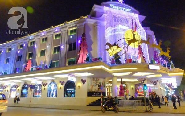 Trung tâm thương mại Tràng Tiền rực sáng chào đón năm mới (ảnh Lê Bảo).
