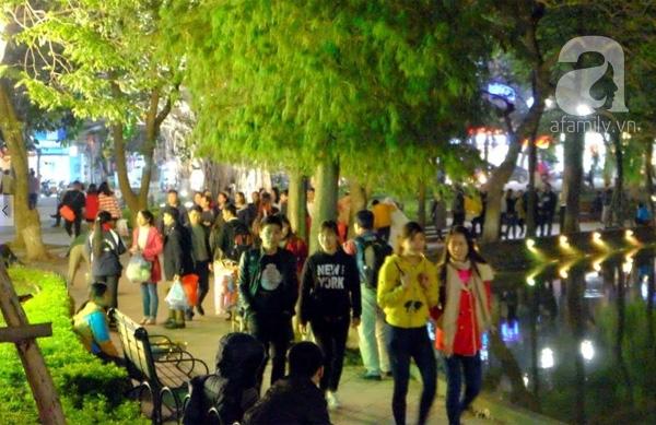 Hàng trăm bạn trẻ có mặt tại Bờ Hồ sớm (ảnh Lê Bảo).