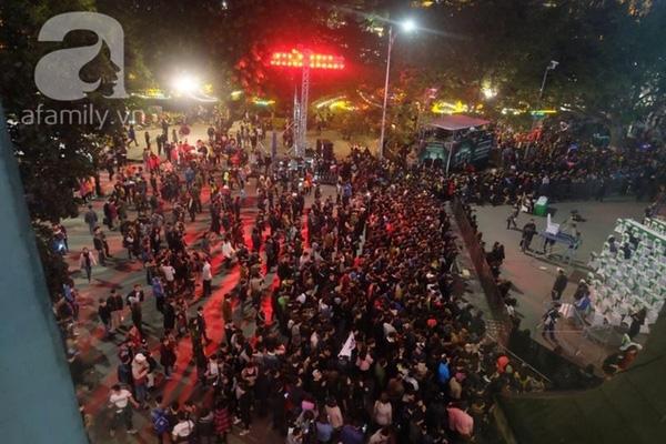 19h40, khu vực quảng trường Đông Kinh Nghĩa Thục chật kín người(Ảnh Định Nguyễn).