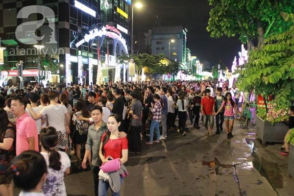 Tại TP HCM, hàng nghìn người cũng đổ dồn ra đường (Ảnh Đoàn Ngọc Thi).