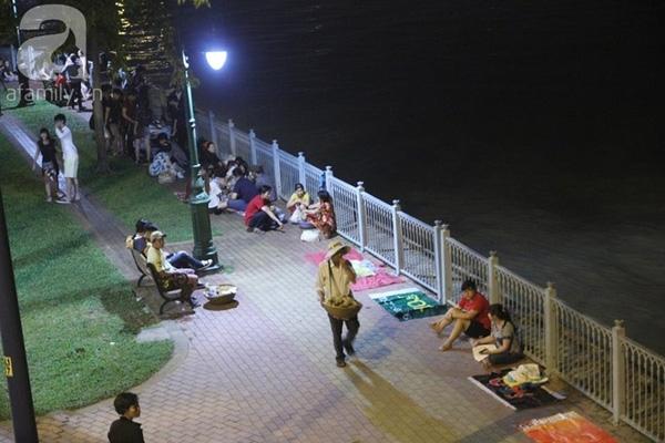 Bên bờ sông Sài Gòn nhiều người đã trải bạt chờ xem pháo hoa.