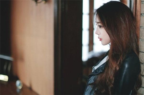 Ngoài những bộ ảnh lung linh với đồng phục nữ sinh, Park Ji Huyn còn rất cá tính với các bộ thời trang mang phong cách bụi bặm, mạnh mẽ. (Ảnh: Internet)