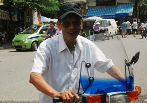 """Trước đây, chiếc xe Honda 82 từng là """"chiến hữu"""" của Trần Hạnh khi luôn theo ông đi diễn. Thế nhưng sau lần bị tai nạn phải vào viện cấp cứu, gãy xương vai nằm nhà tới nửa năm thì ông không dám đi xe máy nữa. - Tin sao Viet - Tin tuc sao Viet - Scandal sao Viet - Tin tuc cua Sao - Tin cua Sao"""