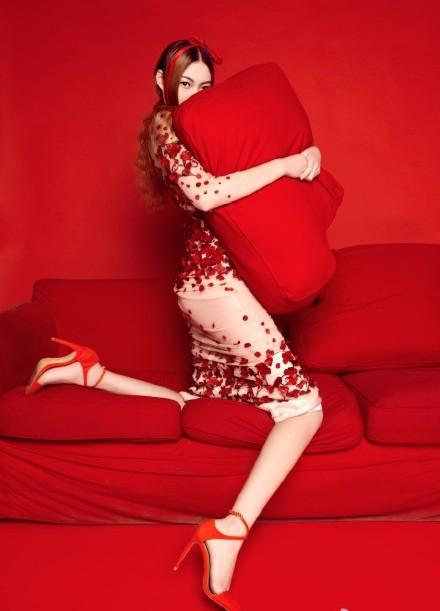 Đổng Lôi có thần thái rất quyến rũ. (Ảnh: Internet)  Cô gáiấn tượng trong một bộ ảnh thời trang. (Ảnh: Internet)