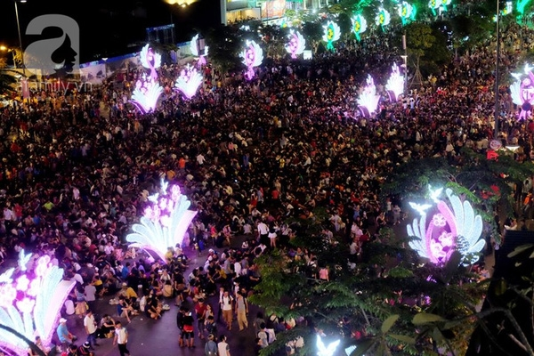 Tết Dương lịch 2016, Thủ đô Hà Nội không tổ chức bắn pháo hoa, tuy nhiên hàng nghìn người vẫn đổ ra đường tham dự chương trình đếm ngược chào đón Giao thừa.