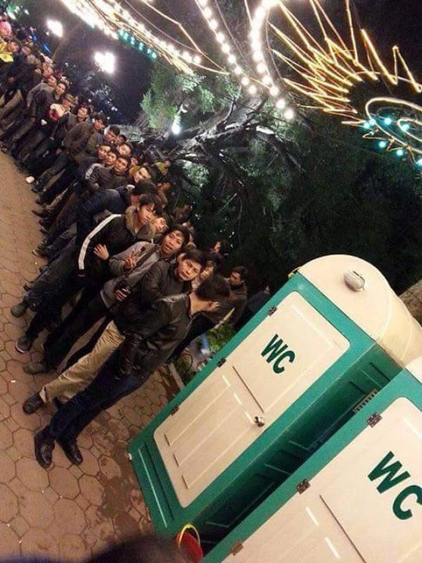 Cảnh xếp hàng chờ đợi WC công cộng tại Hà Nội. Nguồn: Internet