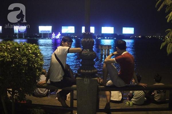 Hai thanh niên còn ngồi gác chân lên cả lan can (Ảnh Khang Thái).