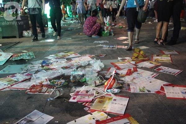 Sau màn bắn pháo hoa là rác ngập tràn con phố. (Ảnh Khang Thái).