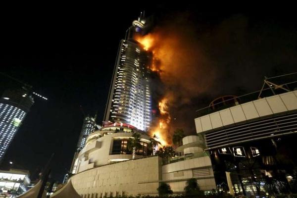 Hiện tại ngọn lửa đã trùm hết một mặt bên tòa nhà.