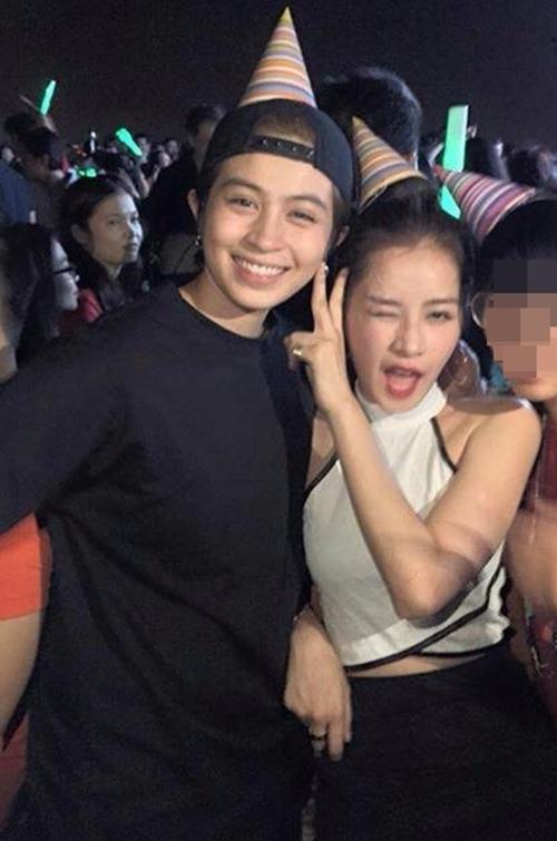 """Cặp đôi Chi Pu và Gil Lê thì lại """"quẩy"""" cùng nhau tại một bữa tiệc năm mới. Hy vọng sang năm, cặp đôi sẽ tiếp tục mang đến cho khán giả những màn kết hợp phim ảnh thú vị."""