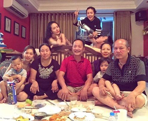 Phương Ly thì dành thời khắc giao thừa bên gia đình. Có thể thấy cô chị Phương Linh cũng có mặt trong bức ảnh này.