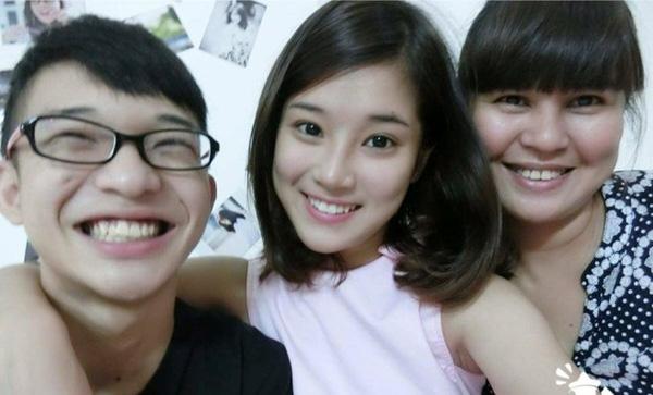 Hoàng Yến Chibi dành thời gian cuối năm bên cạnh mẹ và em trai. Trông cô nàng vô cùng hạnh phúc.