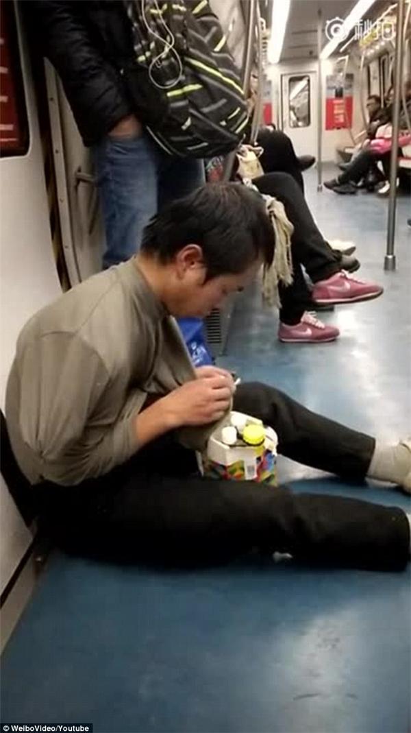 Anh ta đã cố gắng gỡ bỏ lớp ngụy trang của mình trước khi kết thúc đoạn video.