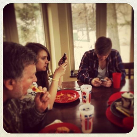 Việc chăm chú vào điện thoại trong khi dùng bữa cùng gia đình có thể khiến bạn lỡ mất những khoảnh khắc đáng nhớ.