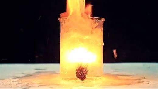 Phản ứng độc đáo khi cho pháo hoa vào... dầu ăn