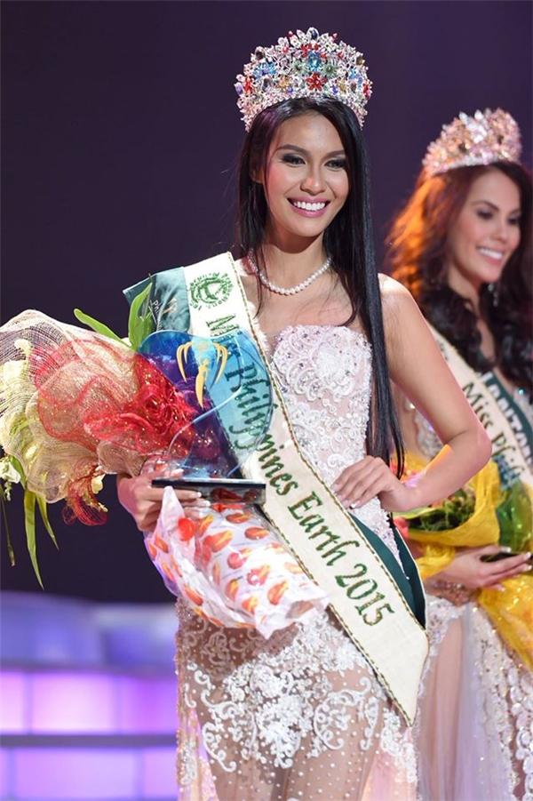 """Người đẹp này từng đạt được ngôi vị Hoa hậu Trái đất Philippines cùng năm. Cô được đánh giá cao bởi vẻ đẹp hòa hợp giữa chất Á Đông và sự sắc sảo, hiện đại. Tuy nhiên, việc cô gái này đăng quang Hoa hậu Trái đất cũng vấp phải nhiều luồng ý kiến phản đối khi cho rằng đơn vị tổ chức đã nâng đỡ """"gà nhà"""" (Hoa hậu Trái đất thuộc bản quyền của một tập đoàn giải trí tại Philippines)."""