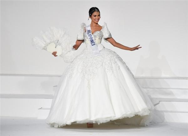 Janicel Lubina trong trang phục truyền thống tại Hoa hậu Quốc tế 2015.