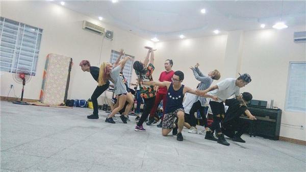 Hình ảnh Trung Quân miệtmài luyện tập những động tác vũ đạo sôi động khiến fan thích thú. - Tin sao Viet - Tin tuc sao Viet - Scandal sao Viet - Tin tuc cua Sao - Tin cua Sao